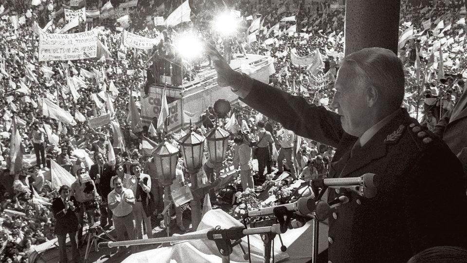 BAS04 BUENOS AIRES (ARGENTINA) 23/03/2006.- Imagen de archivo del 2 de Abril de 1982, en la que se ve al presidente de facto argentino, Leopoldo Fortunato Galtieri (d), saludar desde la Casa Rosada a los ciudadanos que se congregaron en la Plaza de Mayo para apoyar la recuperaciÛn de las islas Malvinas, que acabÛ con una guerra contra el Reino Unido, cuya rendiciÛn se firmÛ el dÌa 14 de Junio. EFE/VÌctor BuggÈ *SOLO USO EDITORIAL*